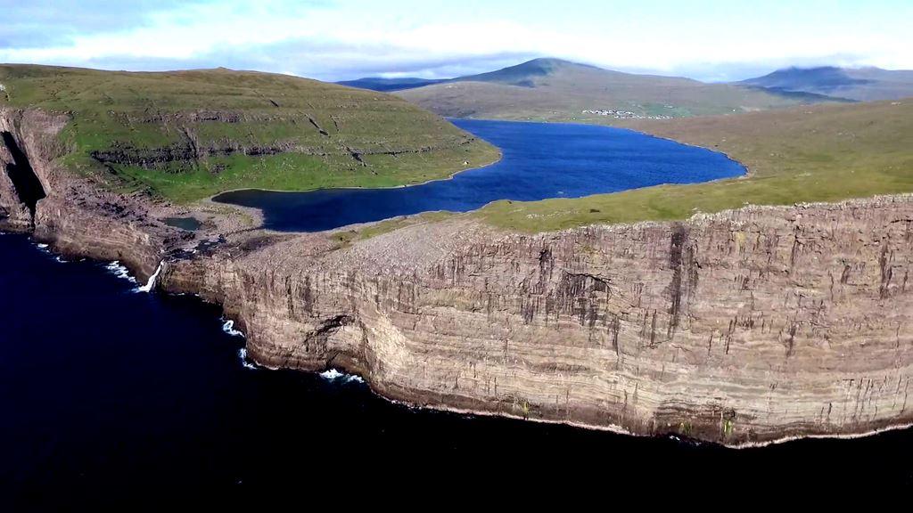 O lago Leitisvatn, nas Ilhas Faroe